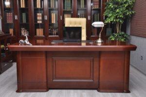 scrivania ministeriale con lampada ministeriale bianca
