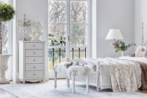 stanza per ragazze con mobili bianchi