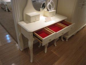 toilette con cassetti e specchio